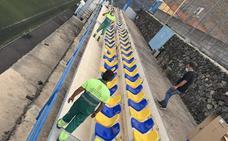 El Pinar instala asientos en el campo de fútbol de La Restinga