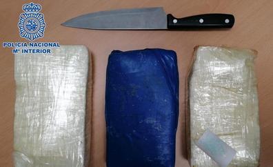 El juez lo manda a prisión por tirar tres kilos de coca a la policía y guardar ocho más en su casa