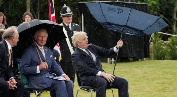 Un vídeo de Boris Johnson peleándose con un paraguas se vuelve viral