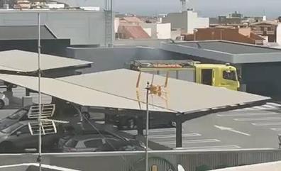 Arde un coche en un aparcamiento de Ingenio