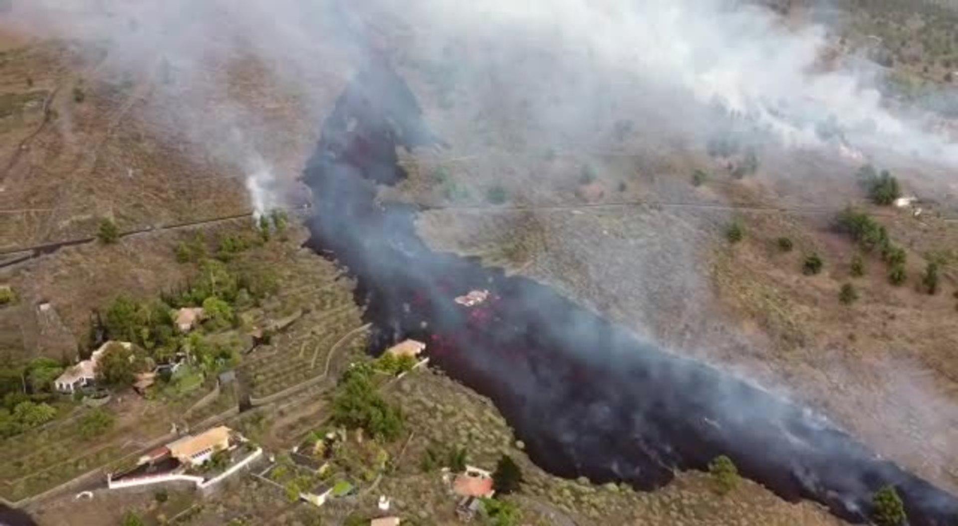Imágenes aéreas de la lava corriendo en La Palma