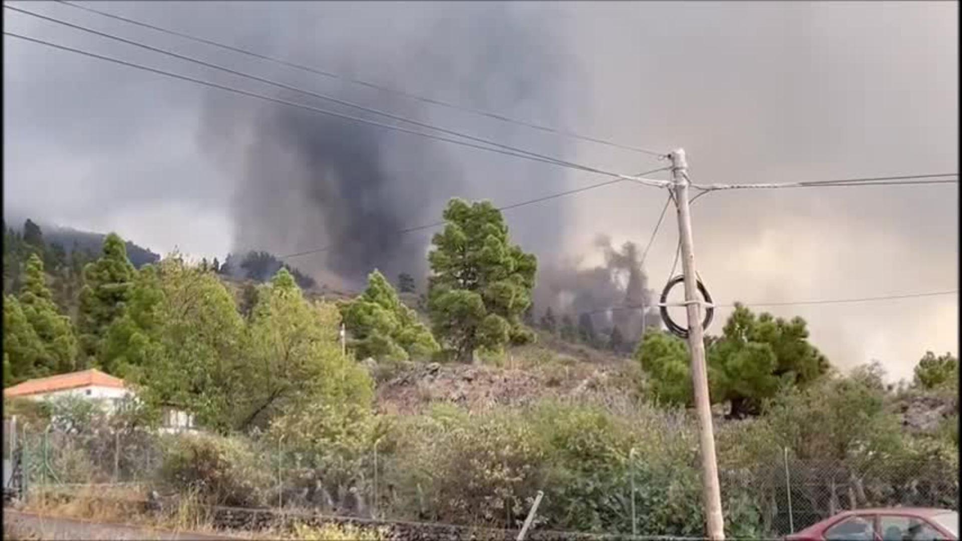 Los recursos de emergencias evacúan a la población en La Palma
