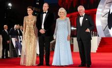 La realeza británica saca la artillería pesada en el estreno de James Bond