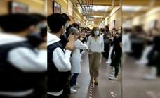 Vídeo: Emotiva despedida de unos alumnos a una orientadora de estudios