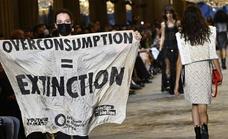 Activistas contra el cambio climático irrumpen en un desfile de Vuitton