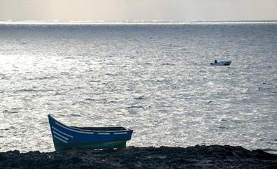Salvamento rescata al sur de Fuerteventura a 49 ocupantes de una neumática