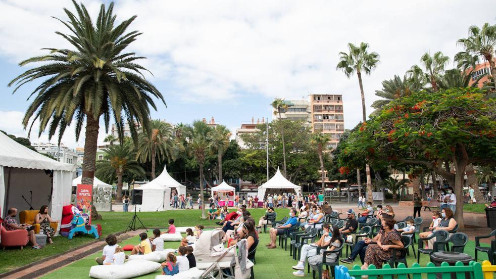 El público de la Feria del Libro inunda de bullicio y color el parque de Santa Catalina