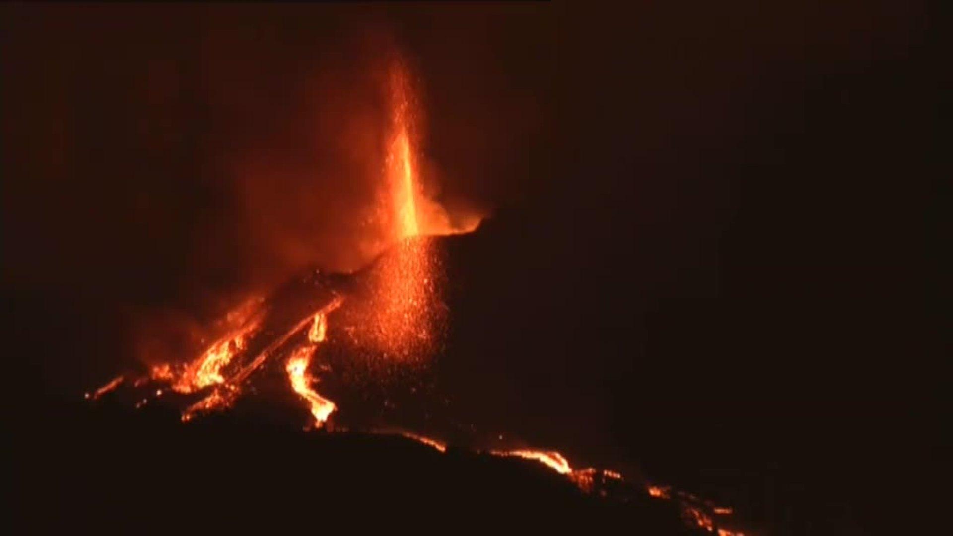 La nueva colada del volcán se encuentra a 300 metros del mar