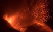 El incendio de una cementera arrasada por la lava confina a 3.000 vecinos