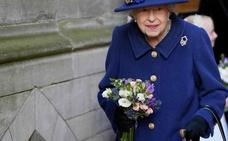 Isabel II se apoya en público en un bastón por primera vez
