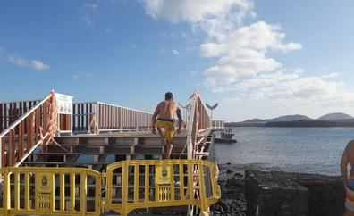 Los bañistas usan la pasarela de Arrieta pese a las cintas y vallas colocadas para evitar el acceso