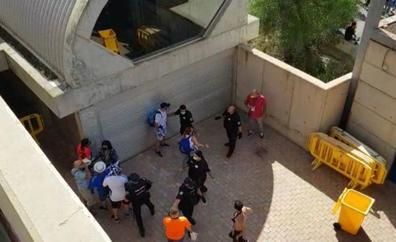 Trifulca entre aficionados en la llegada al estadio de los blanquiazules