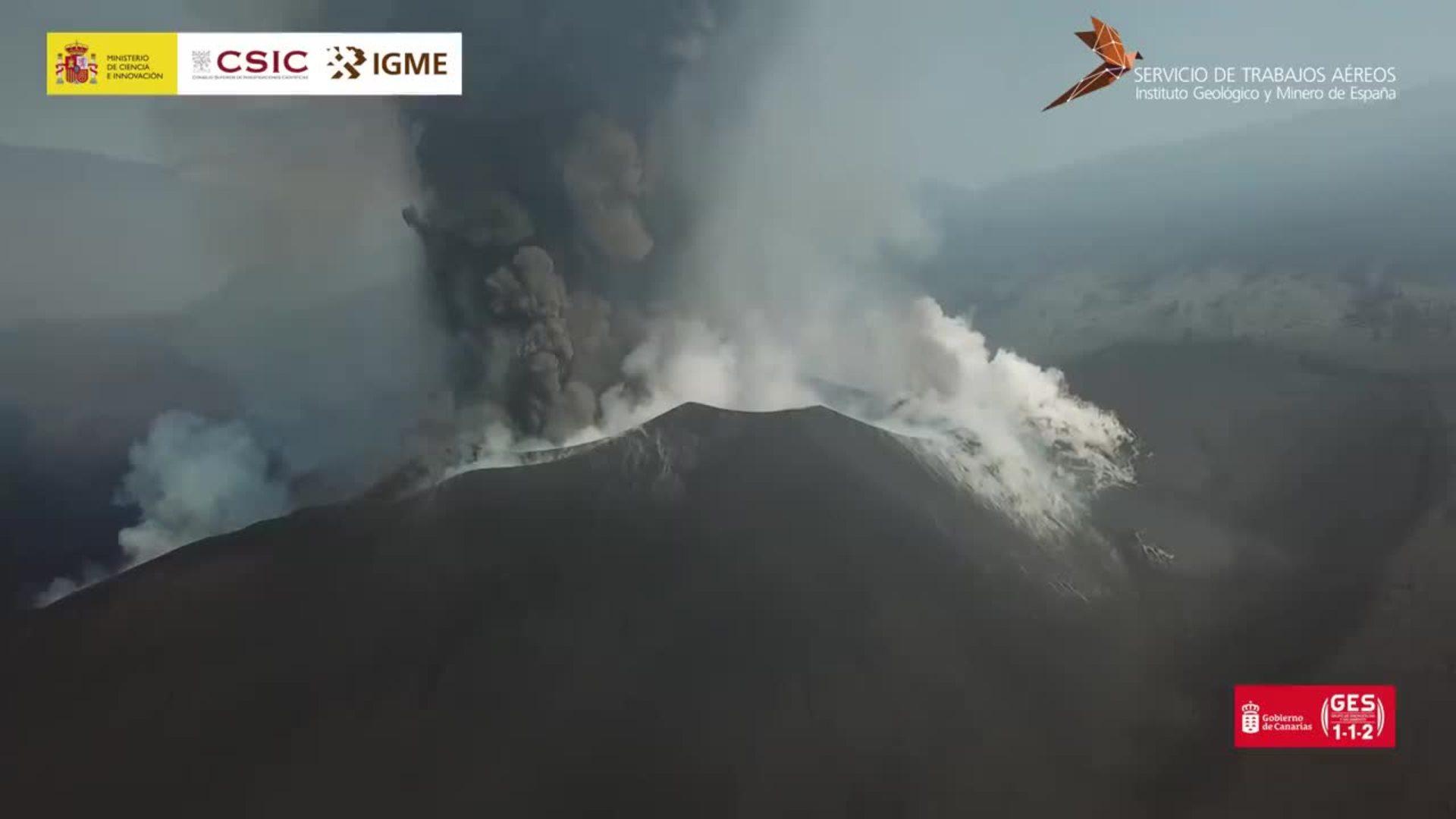 Vídeo de un vuelo de dron cerca de la boca del volcán