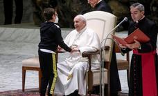 Un niño con discapacidad sube de forma espontánea al estrado del Papa