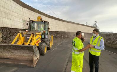 Operarios de Gran Canaria limpian de ceniza el acceso a Puerto Naos