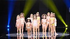 Desfile de moda de baño infantil