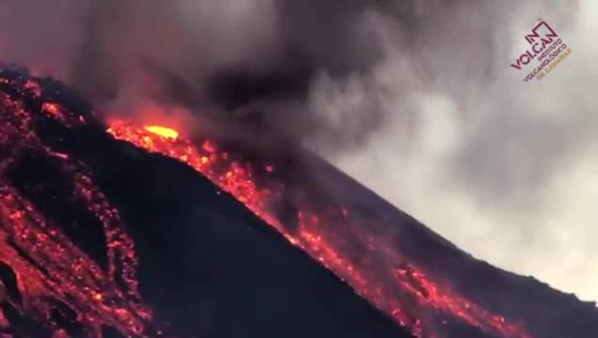 Hace unos minutos se ha partido el cono  y ha provocado más desbordamientos de lava