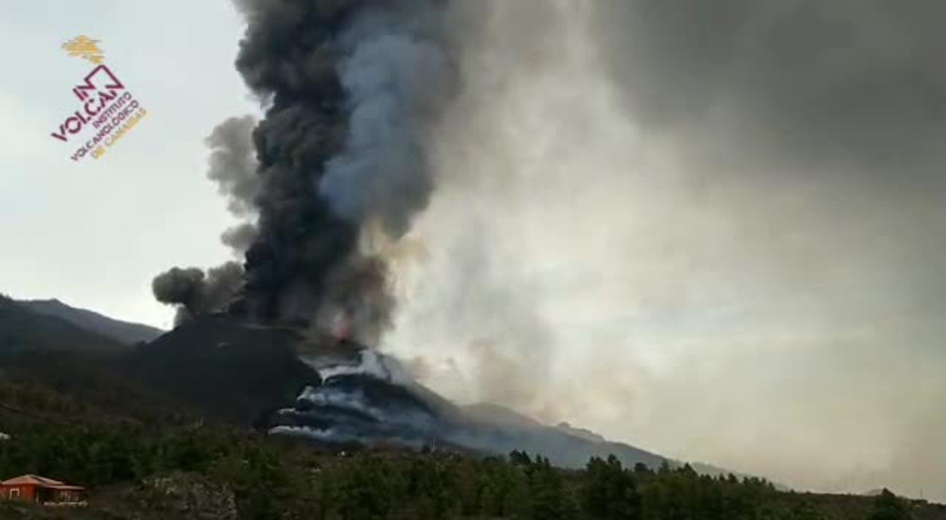 Se parte el cono y provoca más desbordamientos de lava