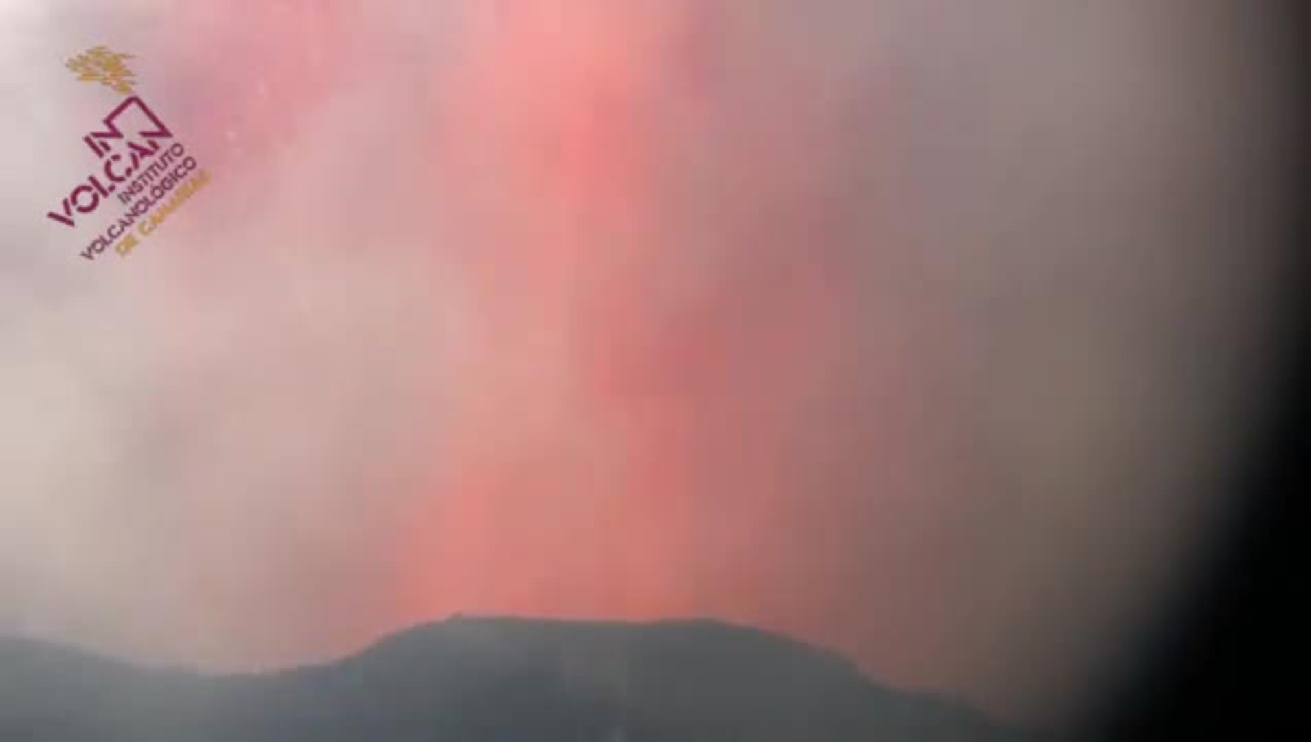 Erupción desde Tacande, en las que se observa la emisión de piroclastos.