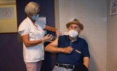 Comienza el doble pinchazo covid-gripe a mayores de 70 años en las islas